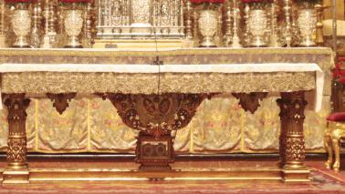 Iniciado el proceso de restauración y dorado de la mesa de altar y el ambón de la Basílica