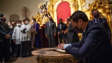 El presidente de Andalucía D.Juan M. Moreno, firma en el libro de honor