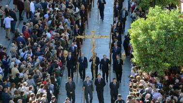 Participación de hermanos y devotos en los traslados y procesión de Nuestro Padre Jesús del Gran Poder